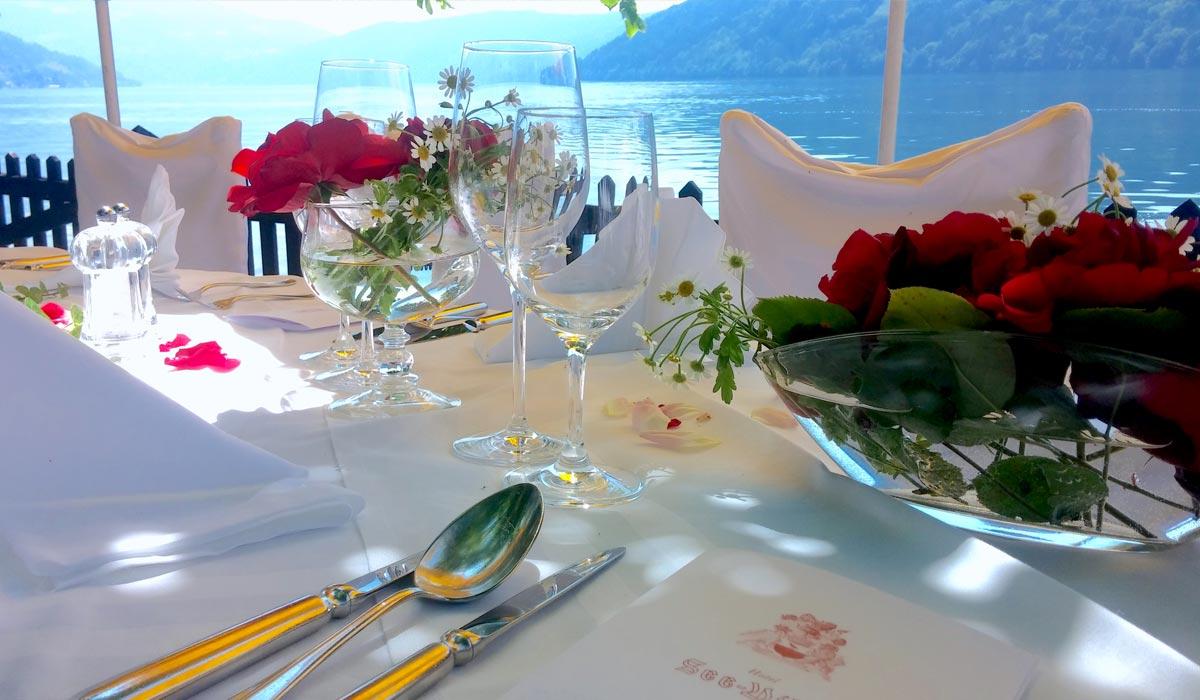 Auf dem Bild ist das Hochzeitsgedeck in der See Villa zu sehen